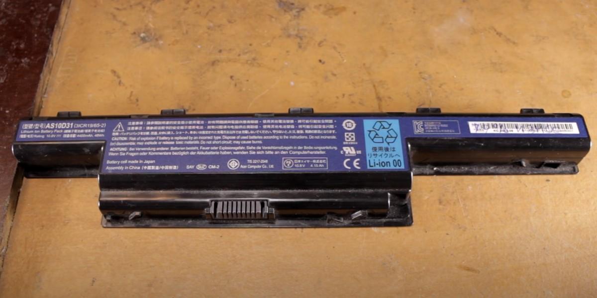 На фото аккумулятор с заводской наклейкой-пломбой
