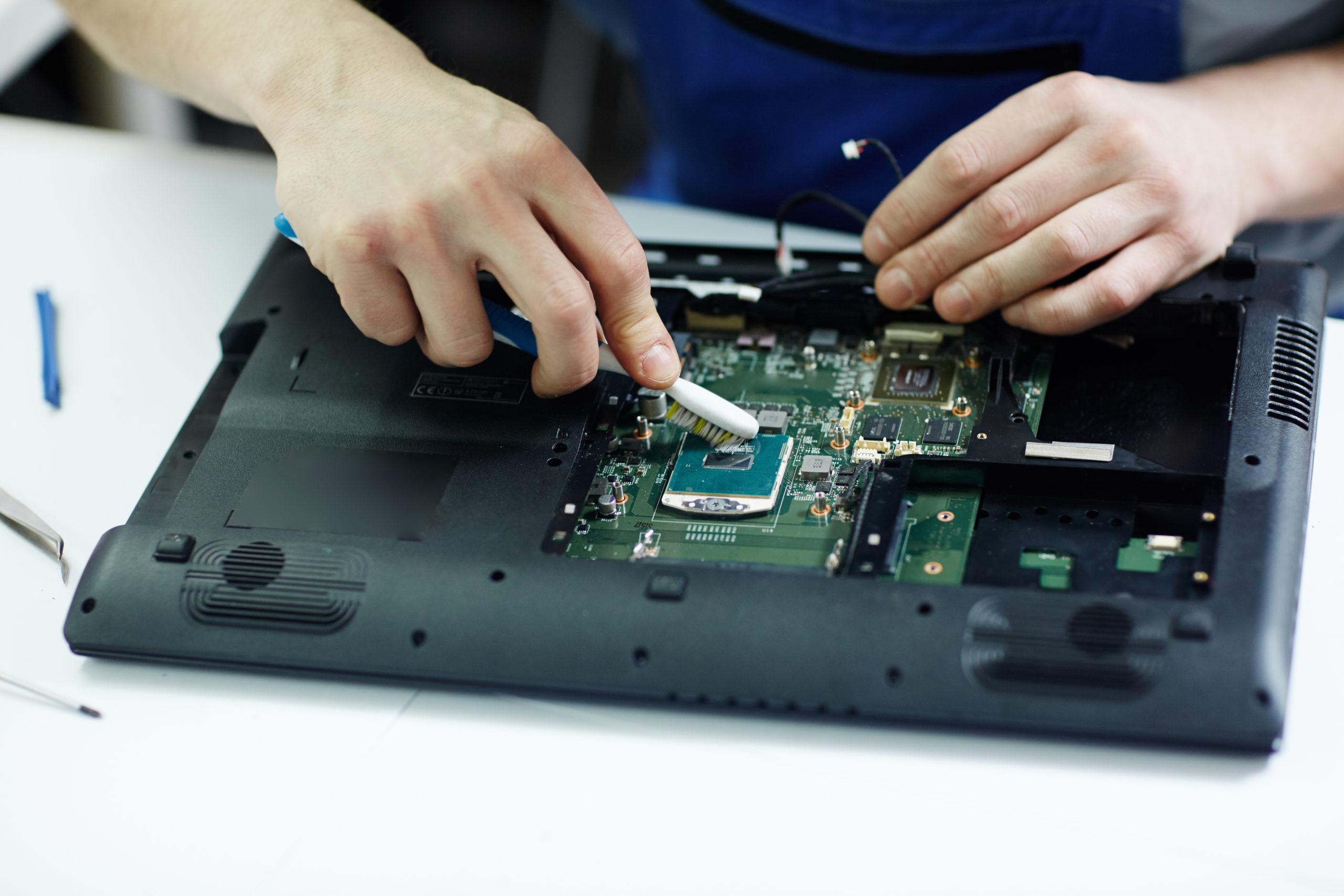 Почему нельзя включать ноутбук после заливки