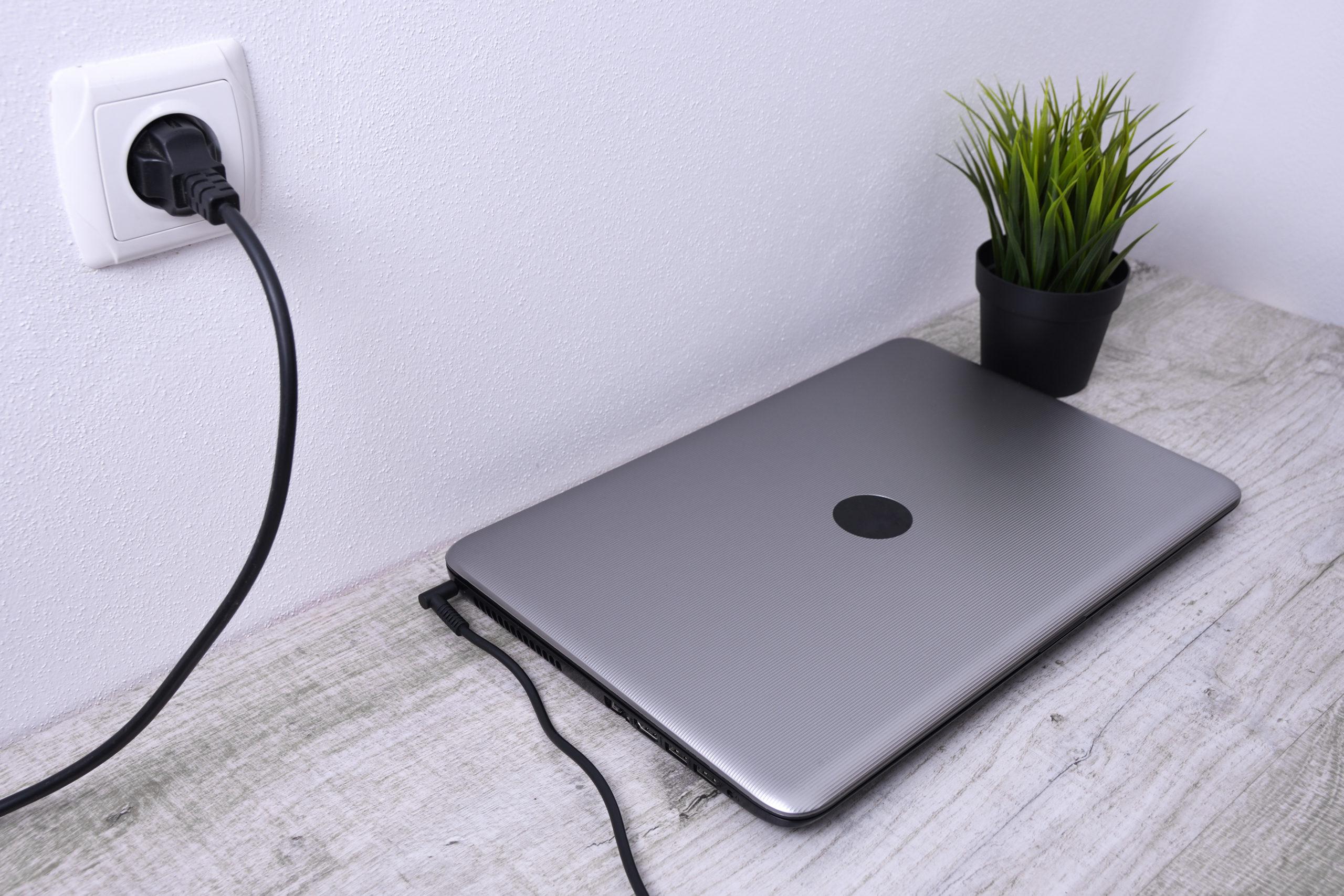 В первую очередь ноутбук отключают от сети