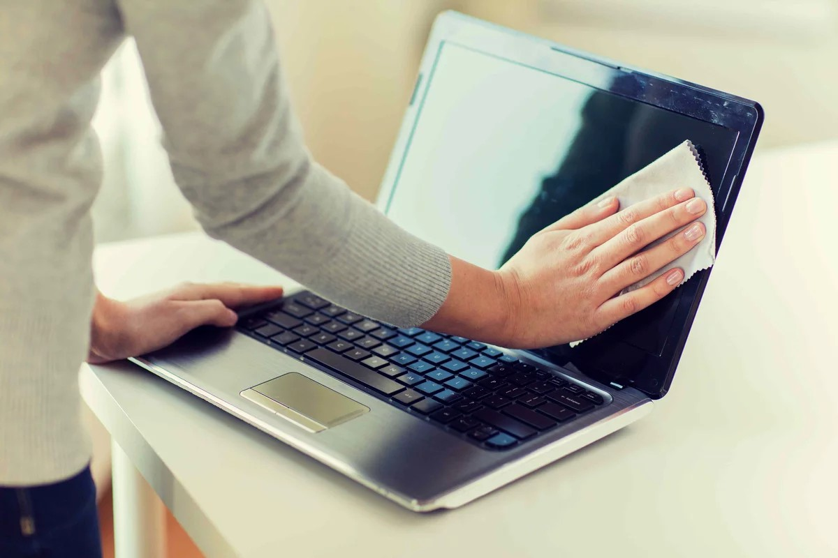 фото Чем протирать экран ноутбука