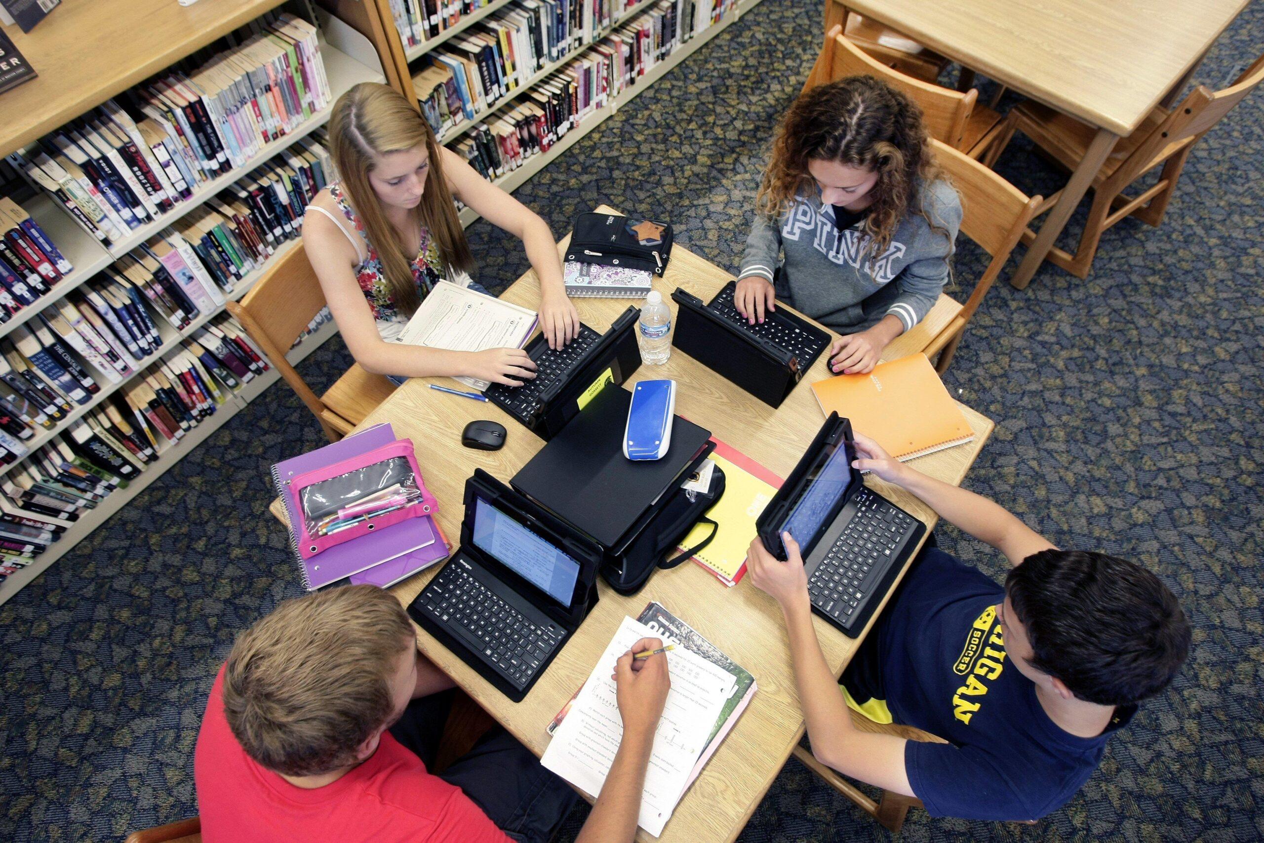 Фото учеников с ноутбуками