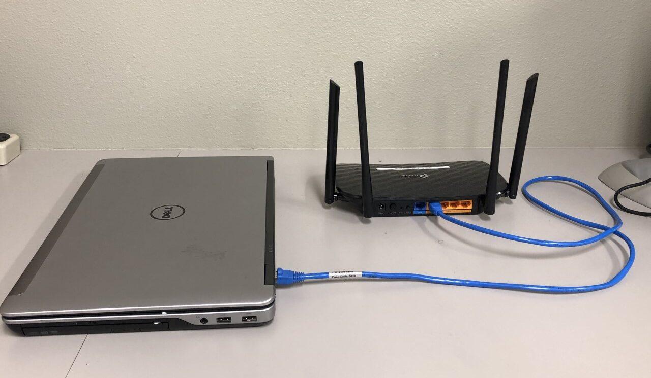Фото роутера с кабелем